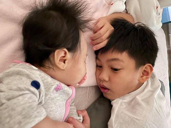 Cường Đô La khoe ảnh Subeo say sưa ngắm em gái ngủ, Đàm Thu Trang tiết lộ cực dễ thương
