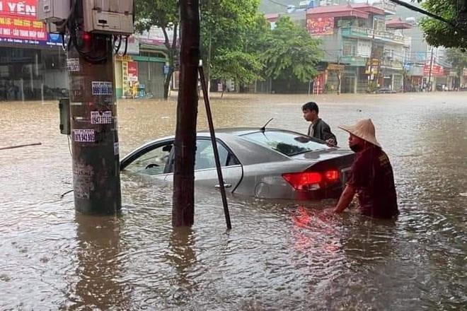 Hàng loạt ô tô chìm nghỉm trong biển nước ở thành phố Lào Cai