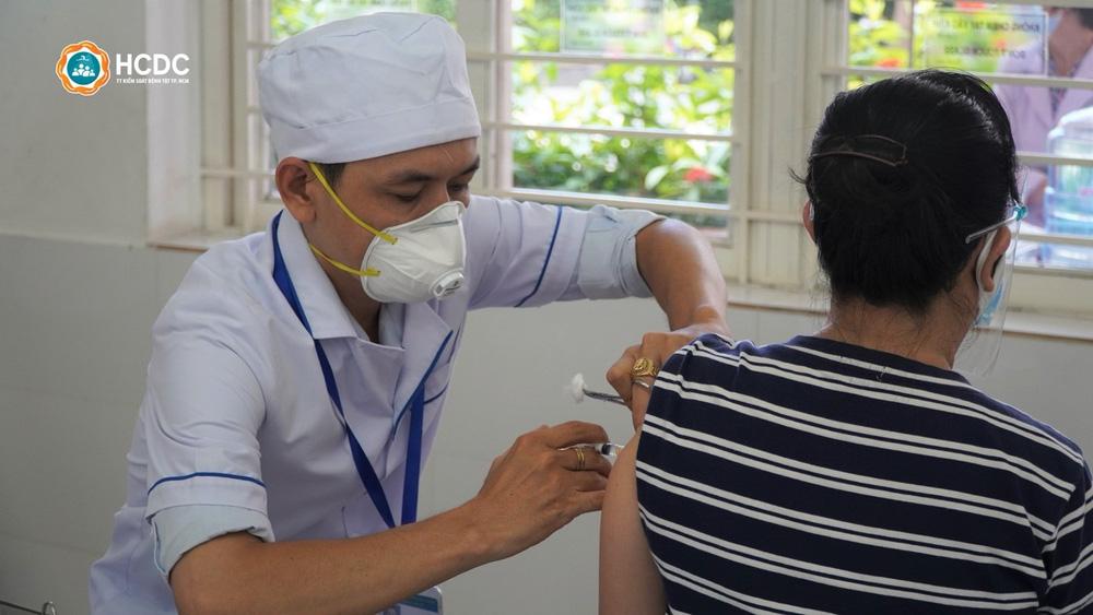 8 nguyên tắc 'nằm lòng' cho người đi tiêm vắc xin để tránh lây Covid-19 ở điểm tiêm