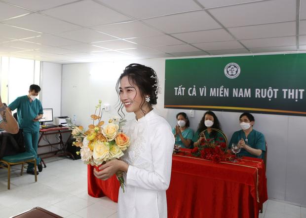 Đám cưới đặc biệt của nữ điều dưỡng tại bệnh viện dã chiến: Cô dâu chống dịch ở TP.HCM, chú rể ở Hà Nội